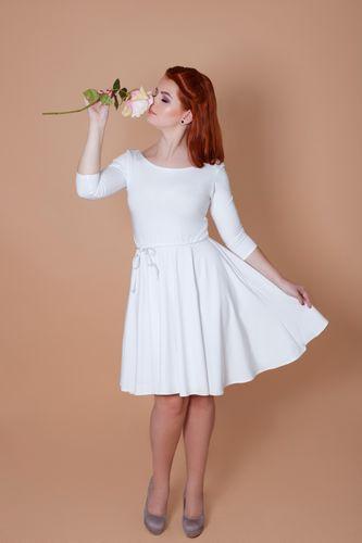 Bílé bambusové šaty s výstřihem Sněhurka