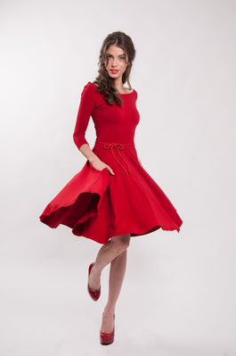 Červené bambusové šaty výstřihem Karkulka