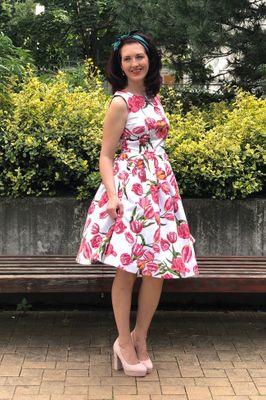 Retro šaty bílé květinové bez výstřihu Tulip