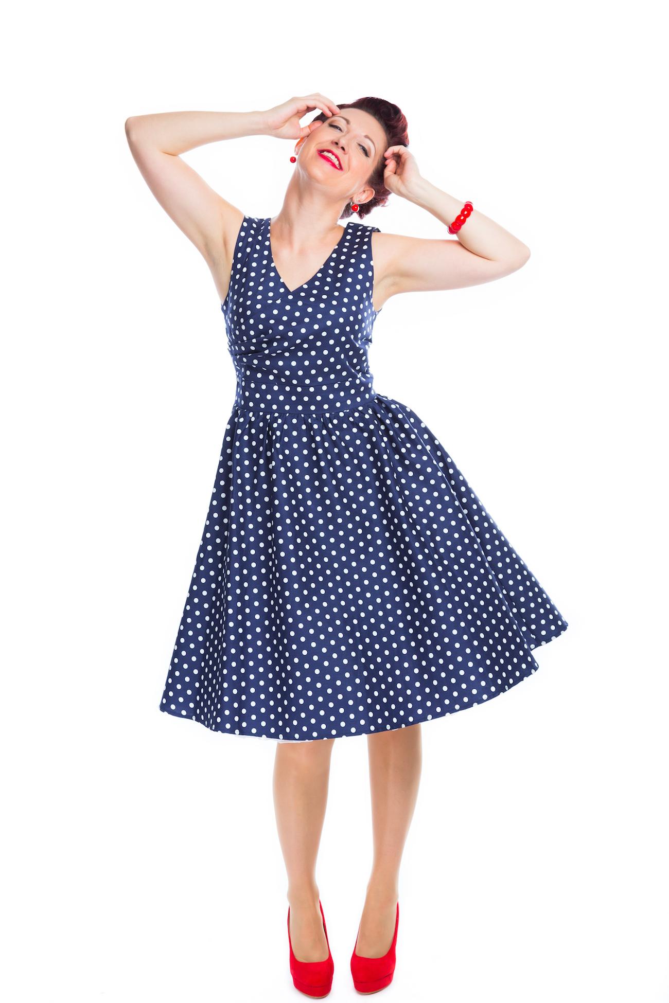 a47fda832cd Štylové modré retro šaty s bílýmy puntíky