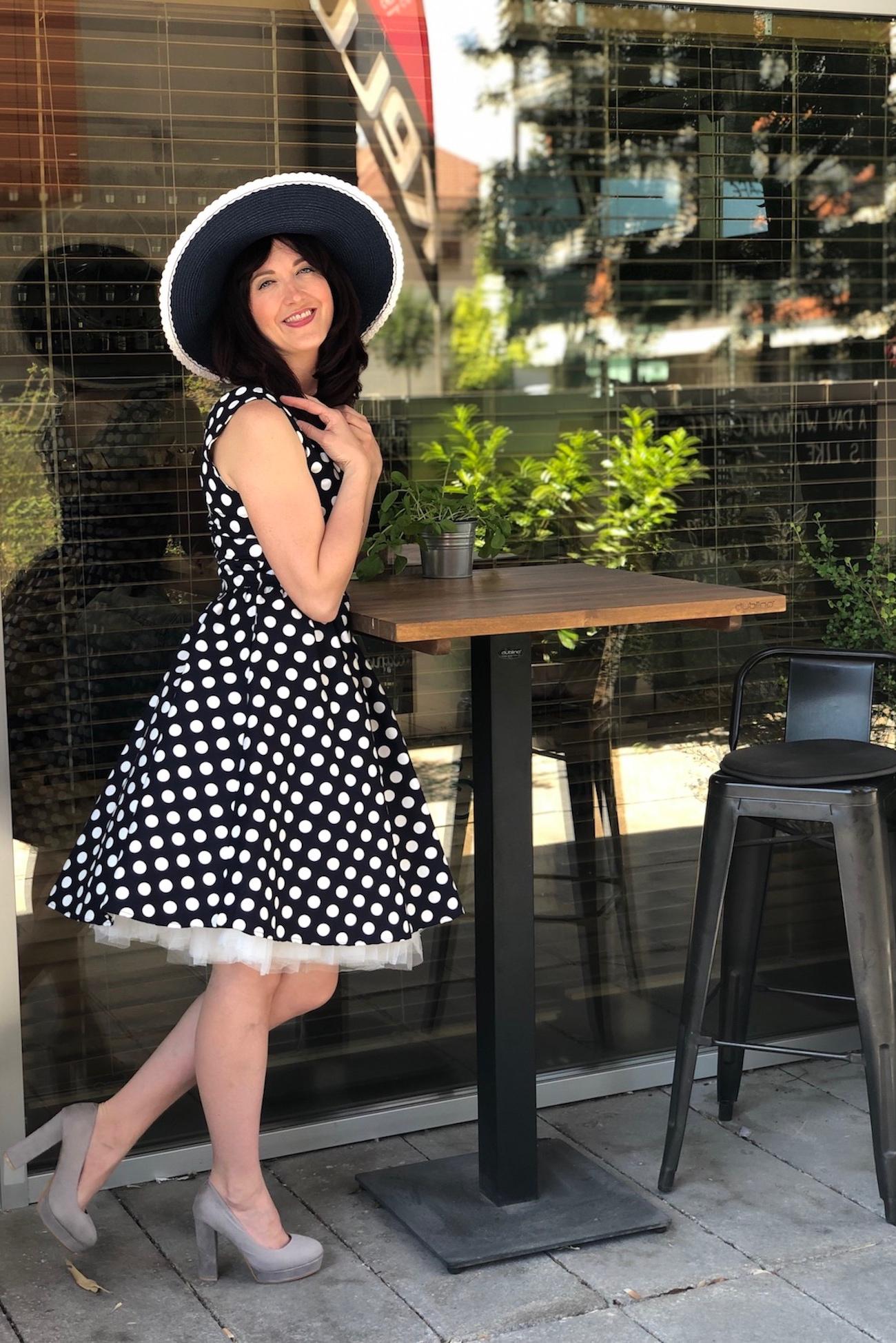 b663c2157920 Štylové modré retro šaty s bílýmy puntíky